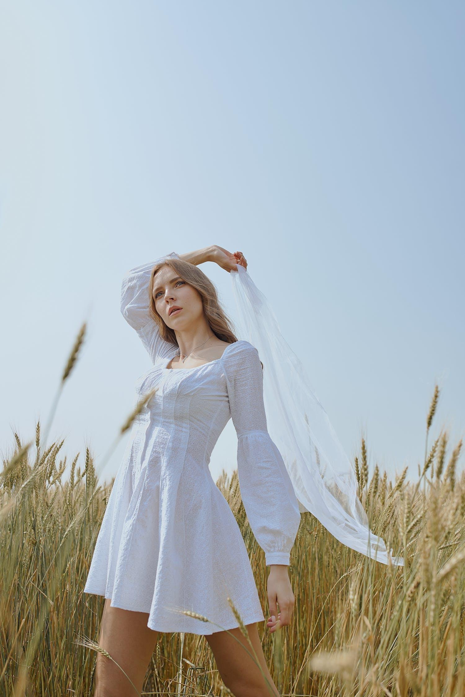 Základová fotografie zdarma na téma atraktivní, bezstarostný, bílé šaty