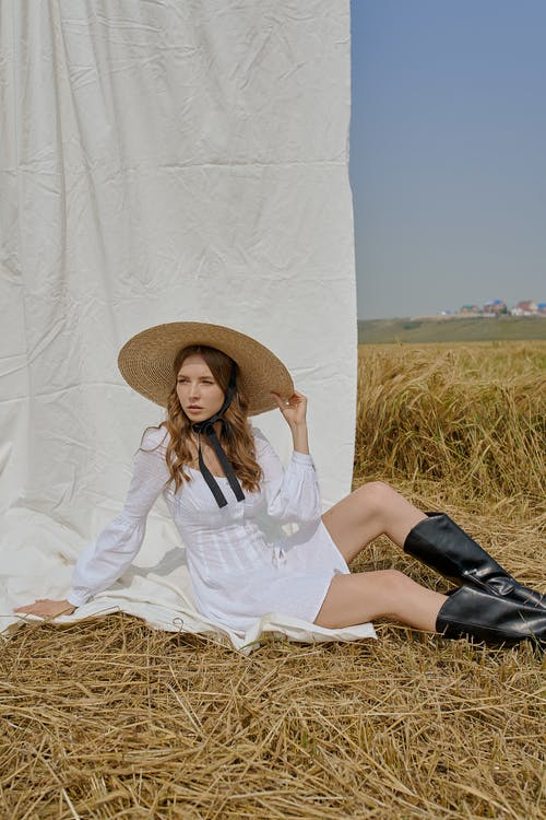 Attraktive Frau Im Sommerkleid, Das Auf Feld Ruht