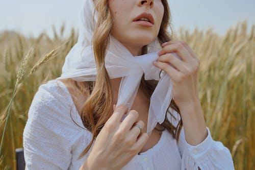 Ernte Frau Im Weißen Kopftuch, Das Auf Grasfeld Sitzt