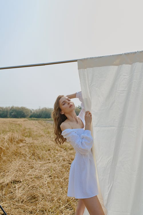 Stilvolle Frau, Die Nahe Weißem Blatt Im Feld Steht