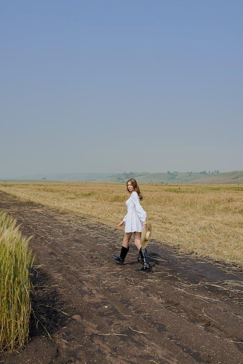 Stilvolle Frau, Die Auf Landstraße Im Feld Geht
