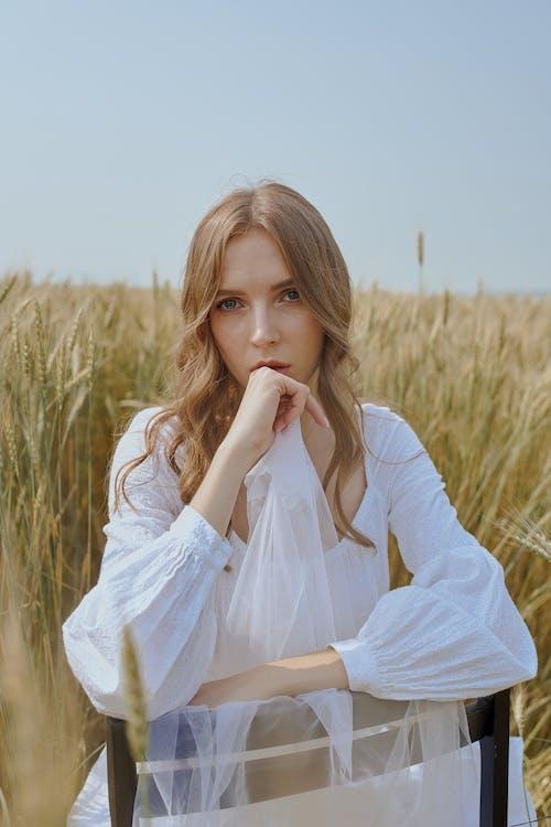 Frau Sitzt Auf Stuhl Im Feld In Der Landschaft