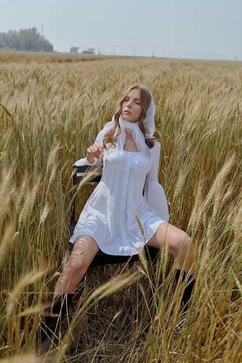 Ruhiges Modell In Trendiger Kleidung Auf Dem Gebiet Des Weizens