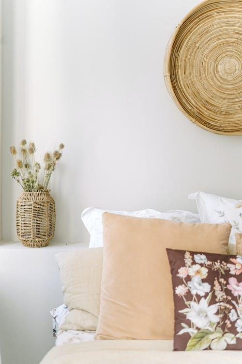 Foto d'estoc gratuïta de accessoris, alba, apartament, arranjament floral