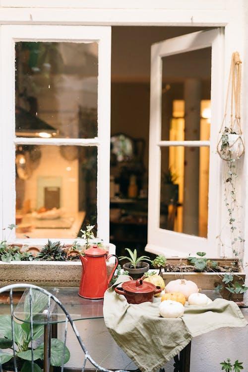 Gratis arkivbilde med arkitektur, blomst, bord, croissant