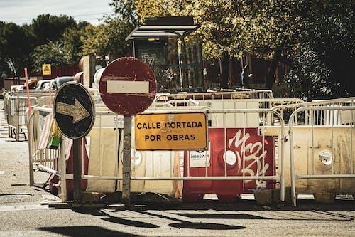 inşaat, trafik işareti, yol içeren Ücretsiz stok fotoğraf