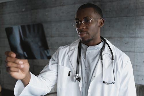Бесплатное стоковое фото с больница, в помещении, верхняя одежда
