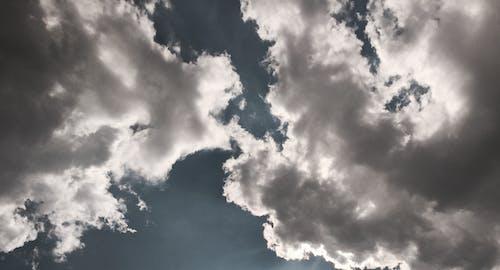 Weiße Und Graue Wolken