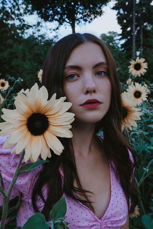 Mujer Pensativa Seria Cerca De Flores Suaves