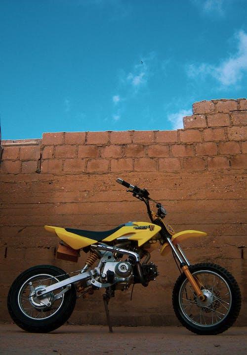 Безкоштовне стокове фото на тему «блакитне небо, велосипед, жовтий»