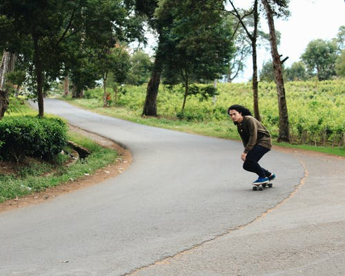 Photos gratuites de action, arbres, asphalte, faire du skateboard