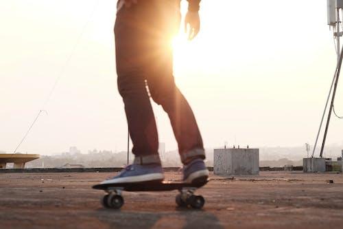 Orang Skateboarding