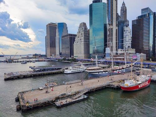 bina, deniz, deniz aracı, deniz kenarı içeren Ücretsiz stok fotoğraf