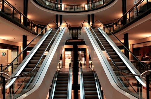 Fotos de stock gratuitas de centro comercial, edificio, edificio comercial, escaleras mecánicas