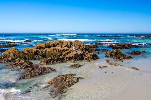 Gratis lagerfoto af blå himmel, bølger, klart vand, kyst