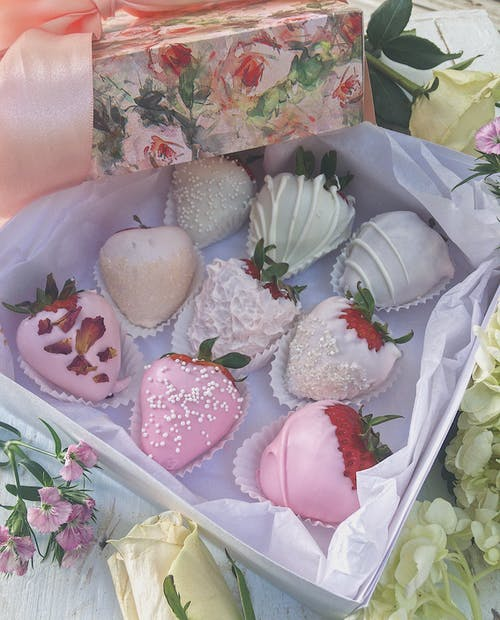 Gratis arkivbilde med blomster, boks med sjokolade, bursdag, jordbær