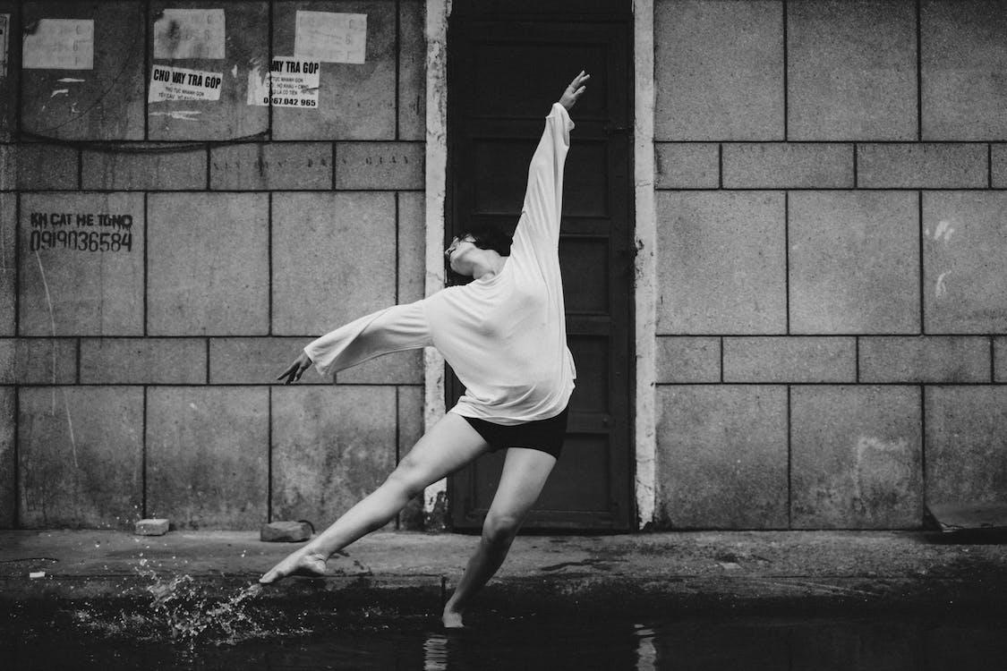 Graciosa Dançarina Se Apresentando Na Rua, Parada Na Poça