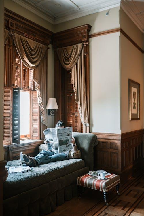Fotobanka sbezplatnými fotkami na tému apartmán, čítanie novín, dom, domov