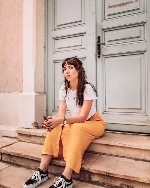 Základová fotografie zdarma na téma 20-25 letá žena, brunetka, brýle, čekat