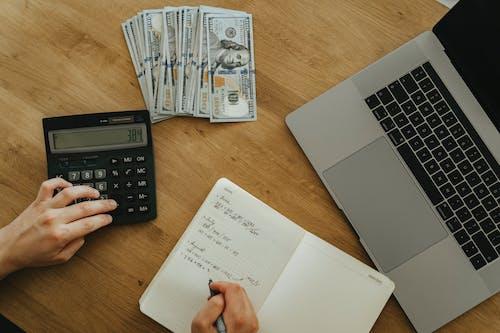 Δωρεάν στοκ φωτογραφιών με laptop, αριθμομηχανή, γραφείο, δεδομένα