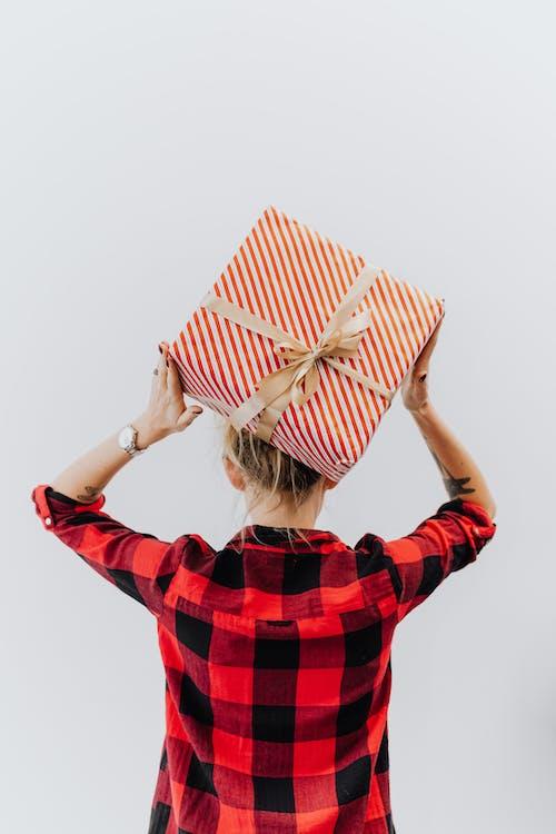Fotos de stock gratuitas de a cuadros, caja de regalo, cinta