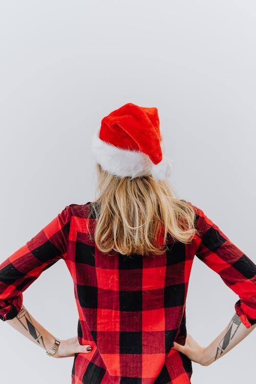 Fotos de stock gratuitas de camisa a cuadros, de espaldas, gorra