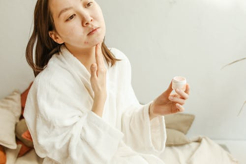 Fotos de stock gratuitas de aplicando, asiática, crema facial