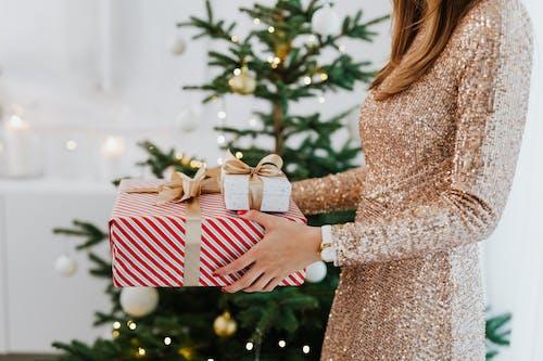 Immagine gratuita di albero di natale, donna, dorato