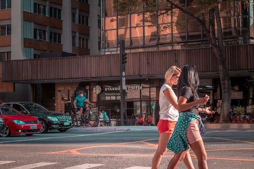 Fotos de stock gratuitas de Brasil, calle, caminar, cruce de calle