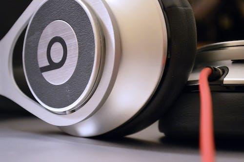Darmowe zdjęcie z galerii z executive beats, rytmy dr dre, słuchawki, srebrny