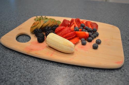Darmowe zdjęcie z galerii z bannana, blackberry, deska do krojenia, jagody