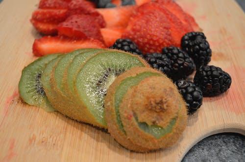 Darmowe zdjęcie z galerii z blackberry, kiwi, owoc, pokrojony