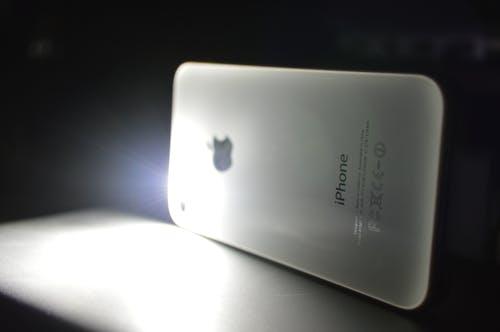 Darmowe zdjęcie z galerii z biały, ciemny, iphone 5s, podświetlenie