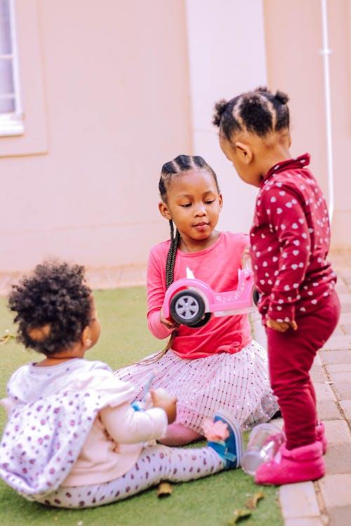 Základová fotografie zdarma na téma afroamerické děti, aktivita, auto