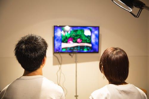 Pasangan Muda Yang Tidak Bisa Dikenali Sedang Bermain Video Game Di Rumah