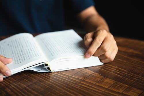 Ritaglia L'uomo Irriconoscibile Che Legge Un Libro Interessante