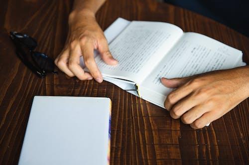 Ritaglia L'uomo Irriconoscibile Che Gode Del Libro Di Lettura