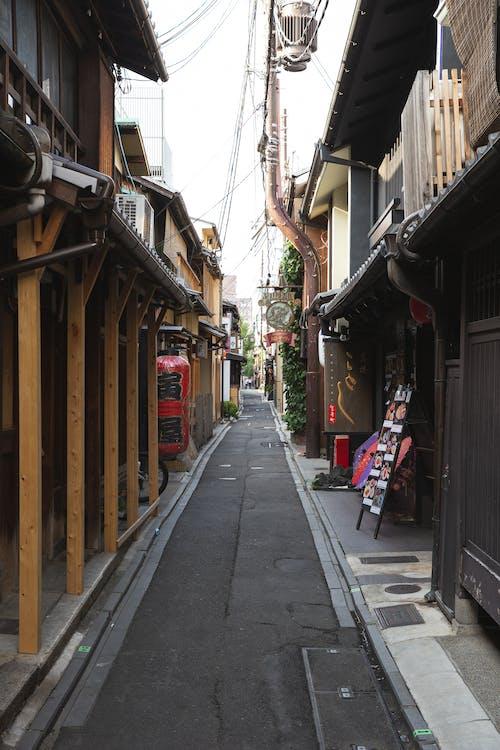 Узкая мощеная улица с деревянными домами