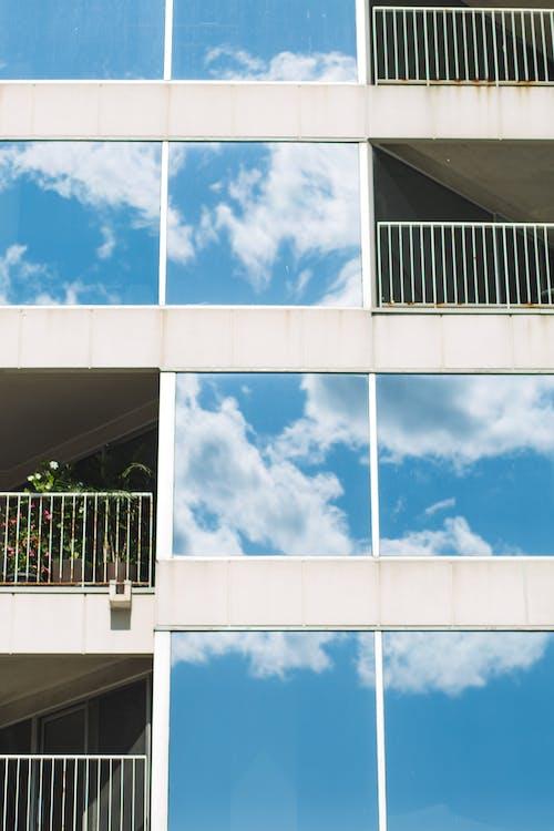 帶玻璃鏡子窗戶的現代建築