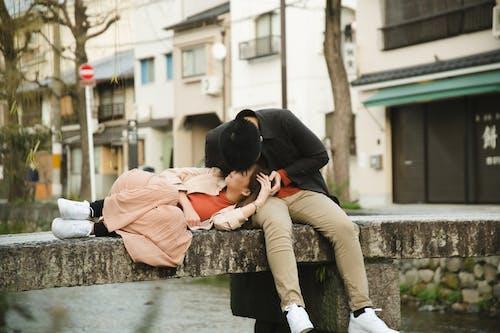 Cặp đôi Lãng Mạn Dành Thời Gian Trên Cầu Bê Tông