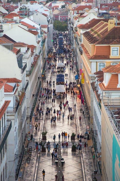 Persone Che Camminano Su Una Strada Stretta