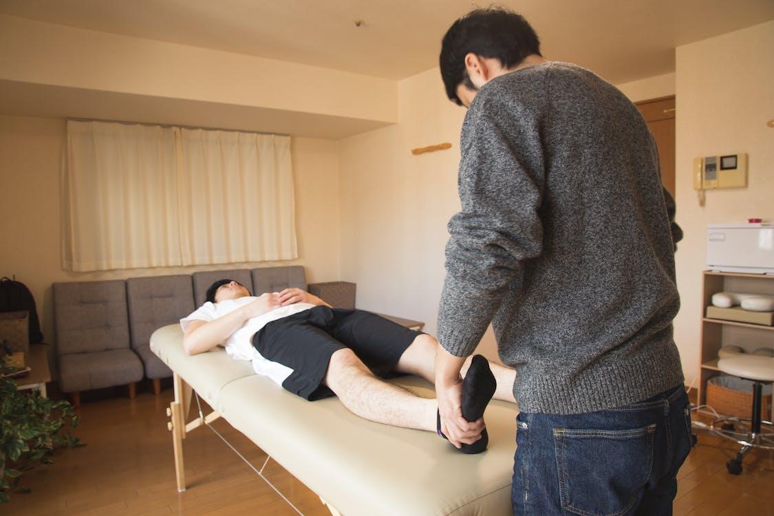 Professioneller Massagetherapeut, Der Patienten In Der Klinik Behandelt