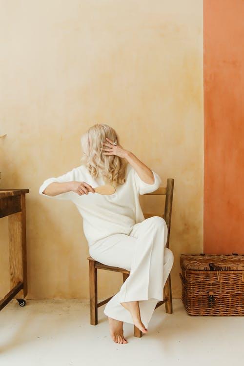 Imagine de stoc gratuită din așezat, bătrână, contemporan, cu picioarele goale