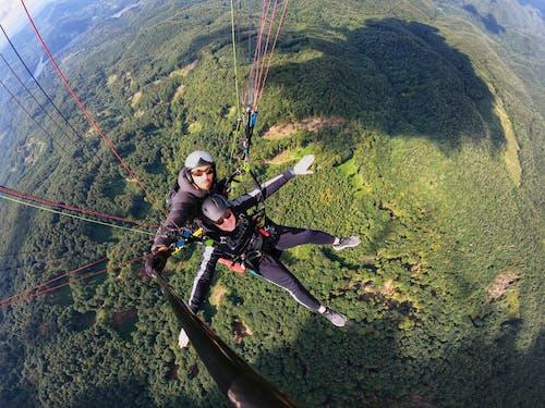 Foto stok gratis berduaan, paraglider, paralayang