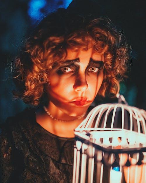 Mujer Enfocada Con Maquillaje De Halloween Cerca De Jaula Decorativa
