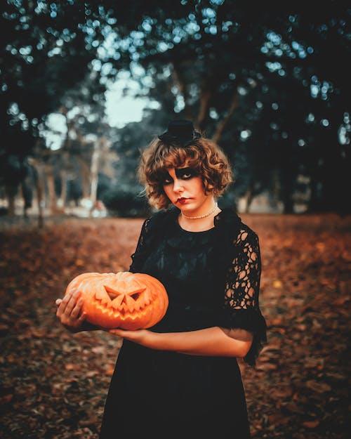 Mujer Con Maquillaje De Halloween Y Calabaza Tallada En Estacionamiento