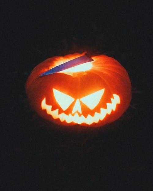 Calabaza Tallada Brillante Y Cuchillo En La Noche De Halloween