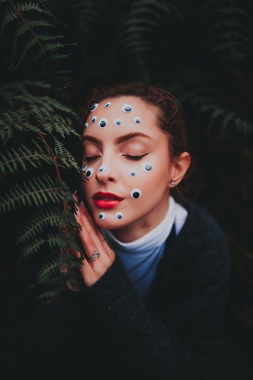 Mujer Elegante Con Maquillaje Y Ojos De Plástico En La Cara