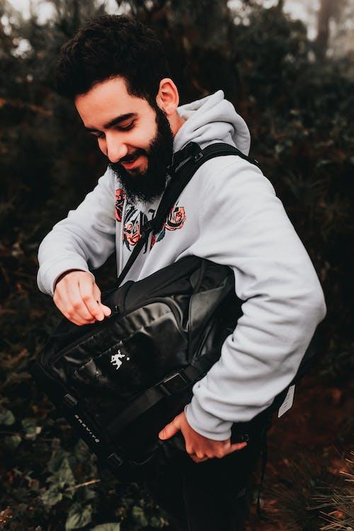 Sonriente Hombre Hipster étnico Con Elegante Mochila En La Calle