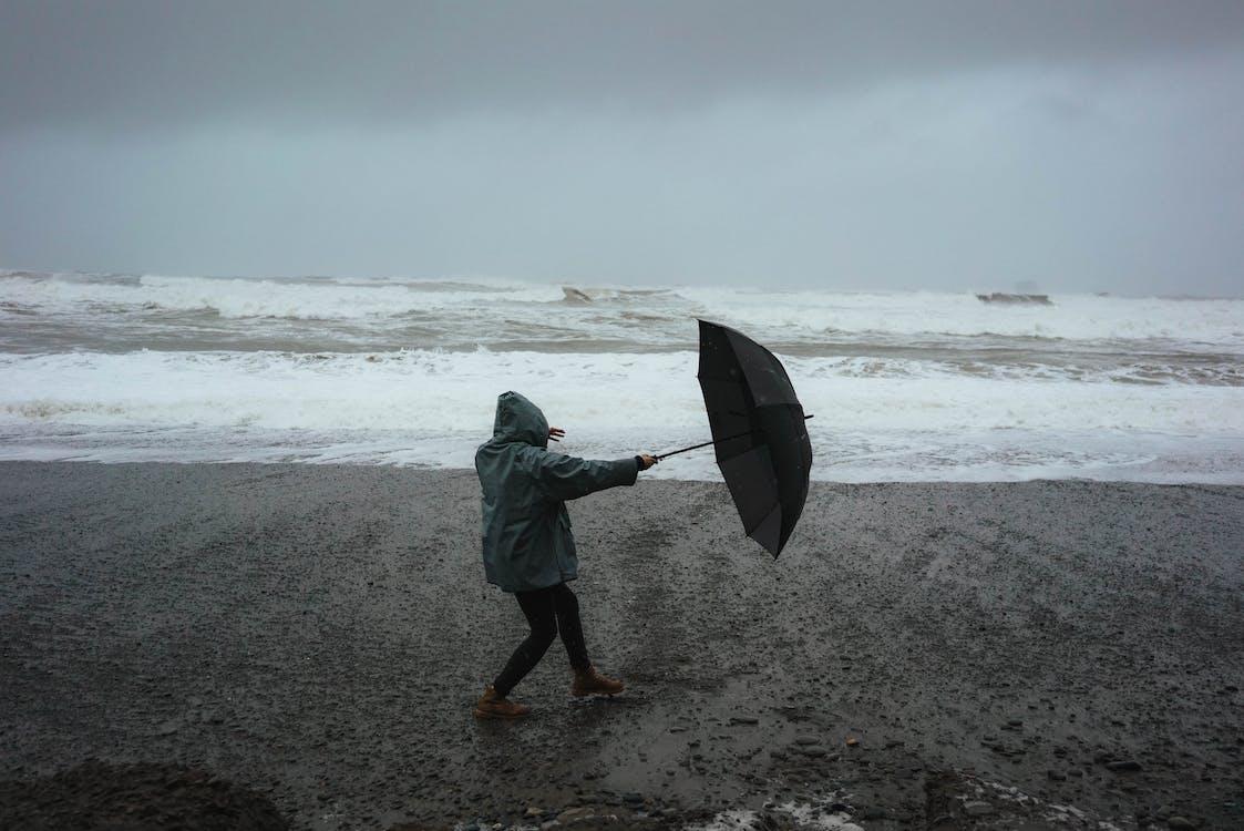 Nicht Erkennbare Person Mit Regenschirm Am Strand